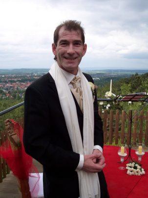100 4377 303x405 - Astrid und Willi auf der Terrasse des Maltermeister Turm Goslar